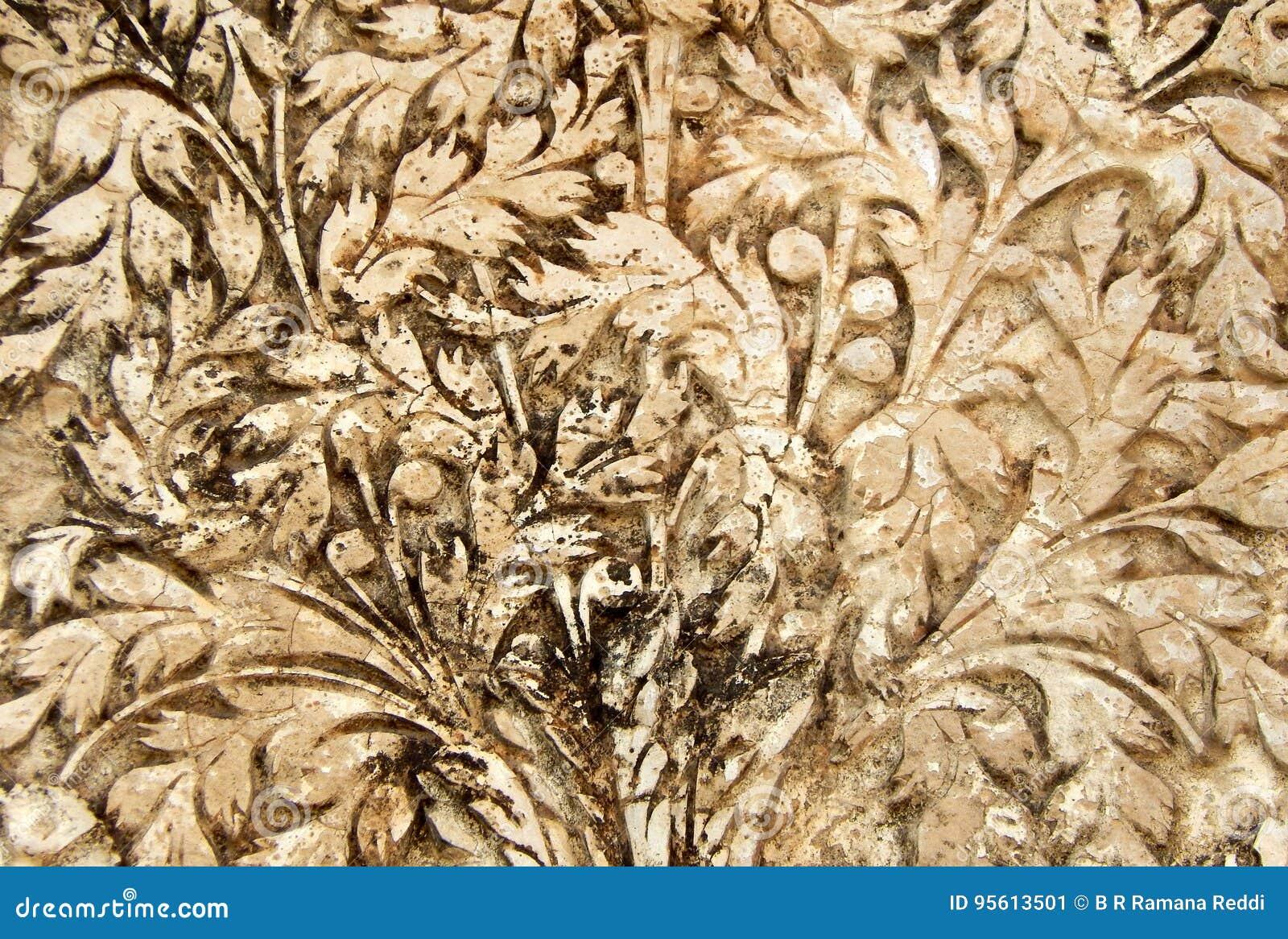 Trabalho do estuque da arte da parede dos designs florais em exteriores do templo das pessoas de 200 anos