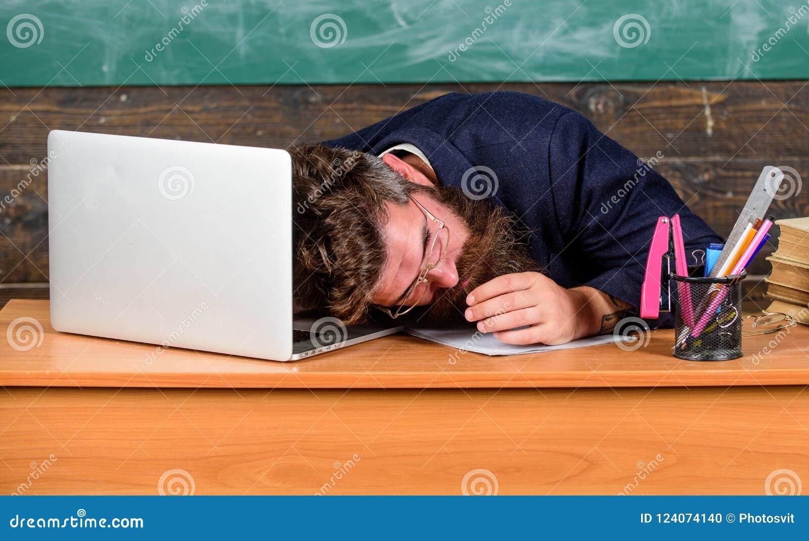 Trabalho mais forçado dos professores do que os povos médios Fadiga de nível elevado Fadiga de exaustão da causa da escola do tra