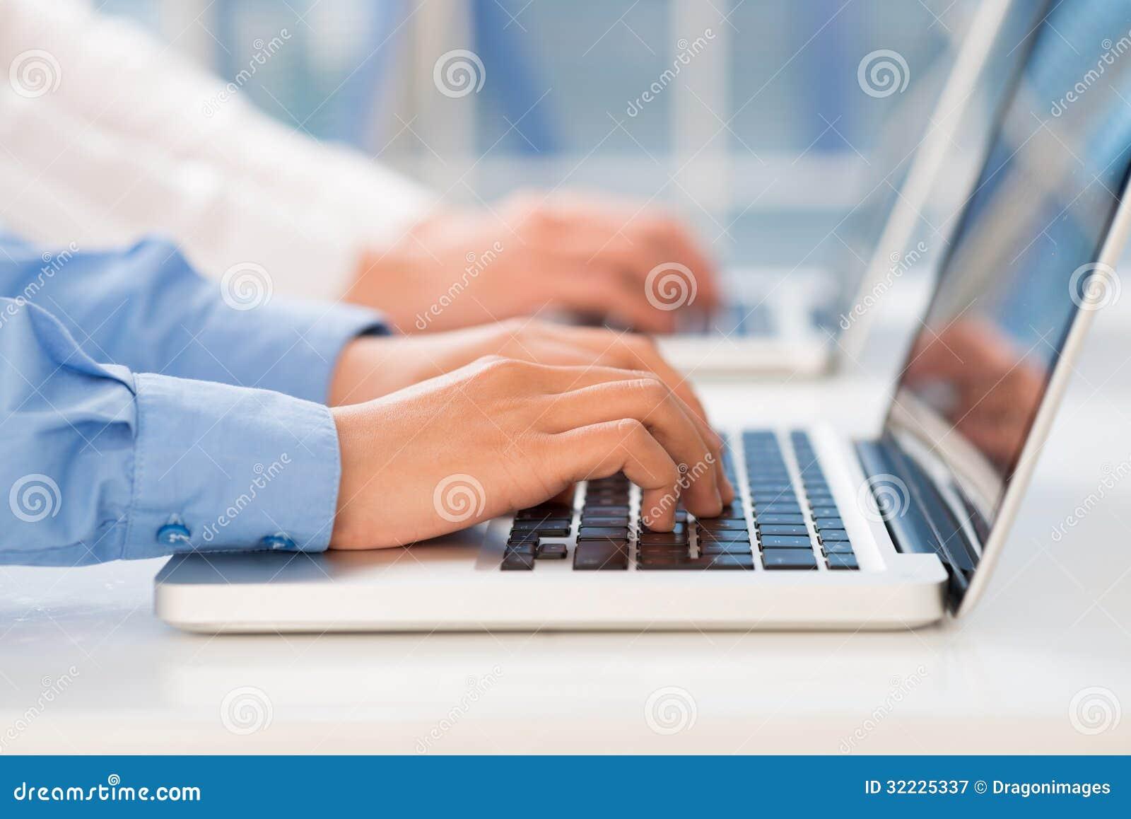 Download Trabalho no Internet imagem de stock. Imagem de closeup - 32225337