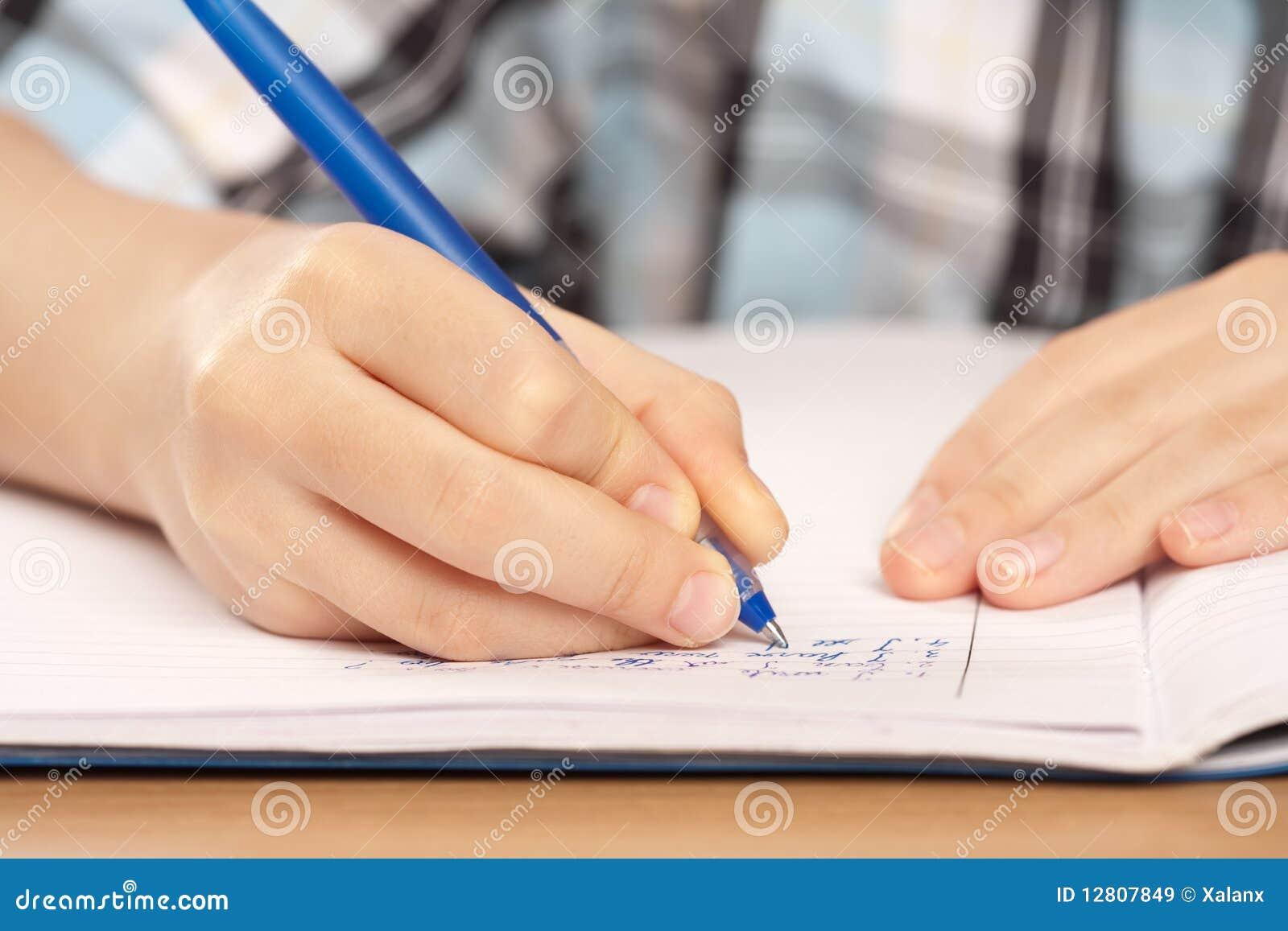 Trabalhos de casa anónimos da escrita da mão da pupila