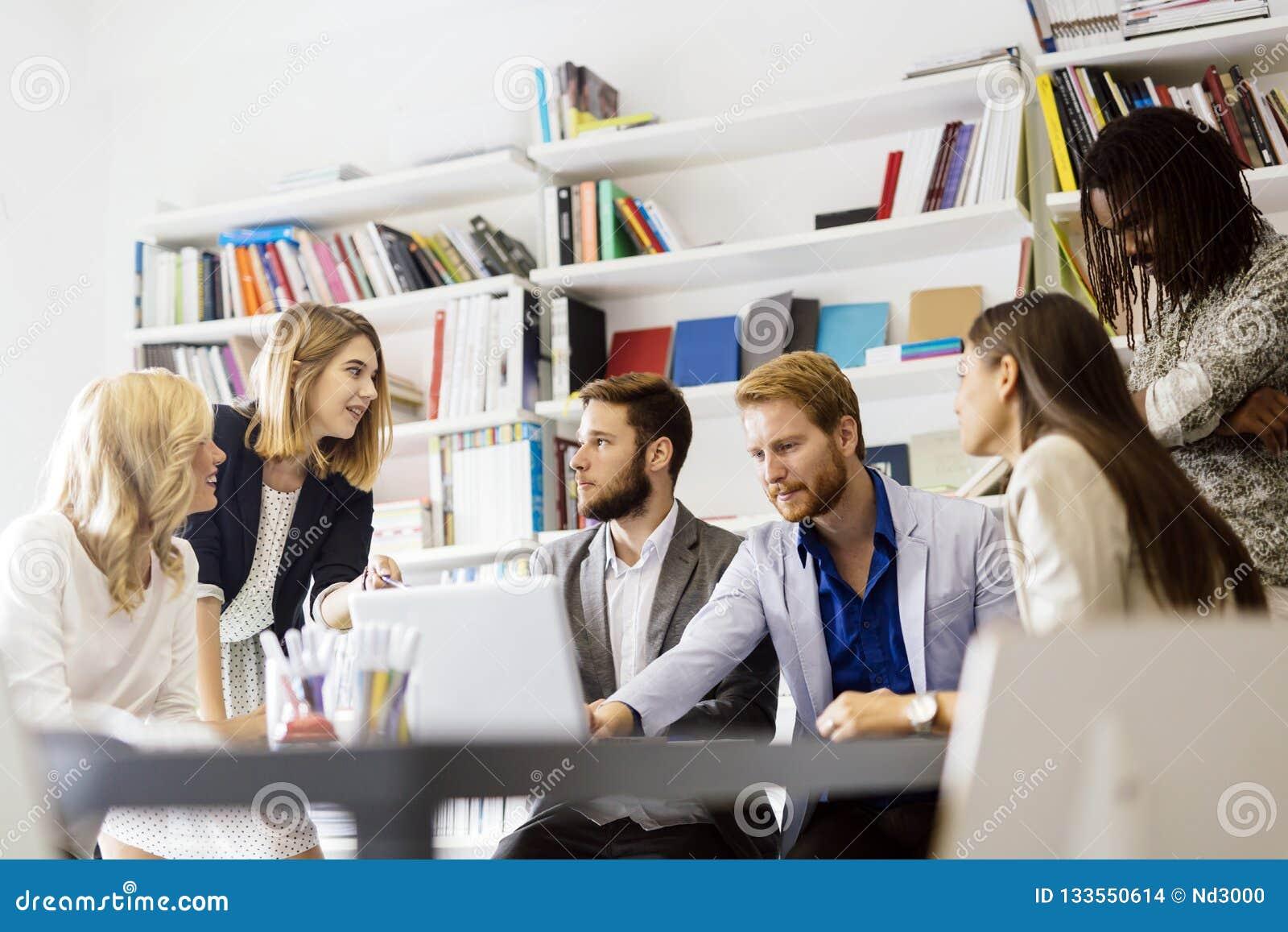 Trabalhos de equipa da reunião do escritório