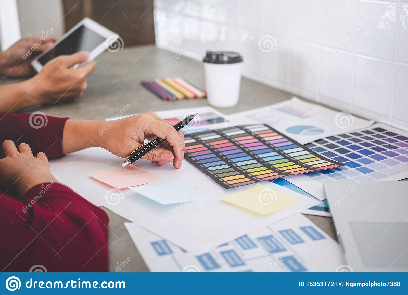 Trabalhos de equipe dos desenhistas criativos novos que trabalham no projeto junto e para escolher amostras da amostra de folha d