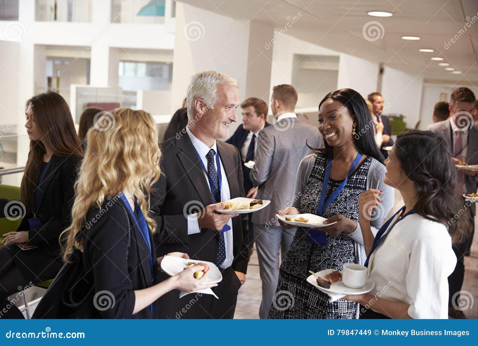 Trabalhos em rede dos delegados durante a pausa para o almoço da conferência