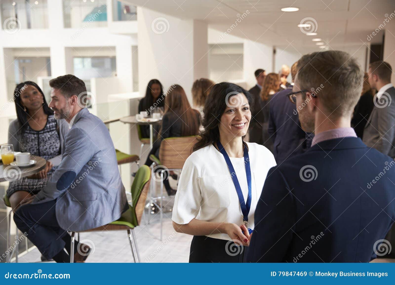 Trabalhos em rede dos delegados durante a ruptura de café na conferência