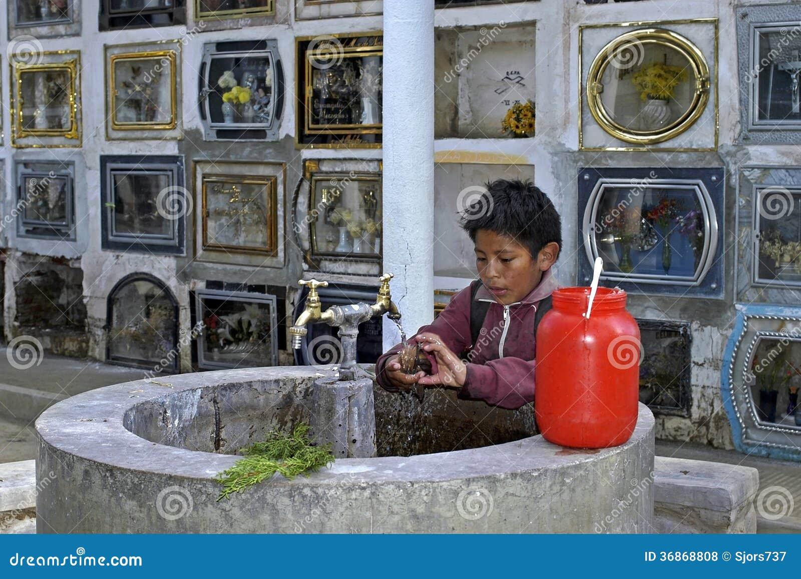 Trabalhos infanteis no cemitério da cidade Cochabamba