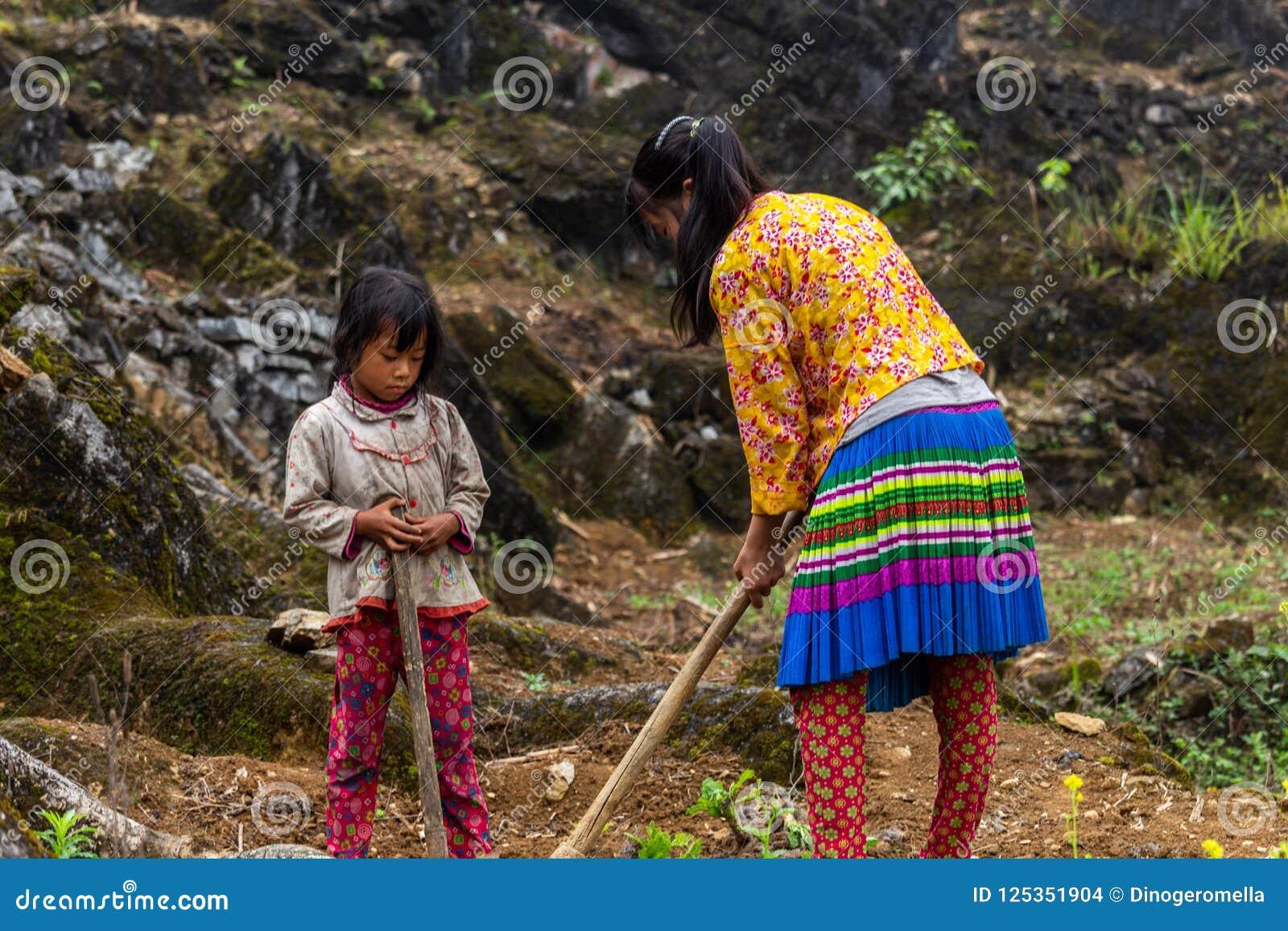 Trabalhos infanteis Vietname da minoria étnica de Hmong