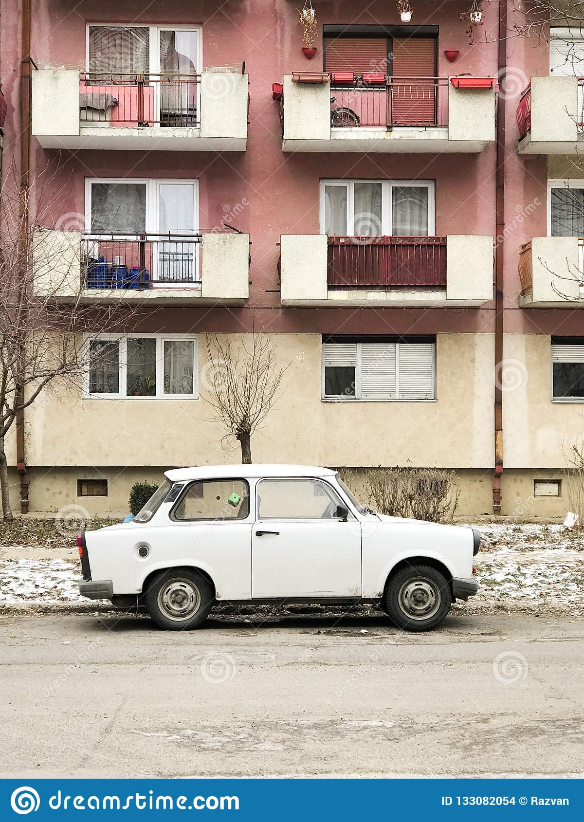 Trabant припаркованное перед квартирами в конематке Satu, Румынии