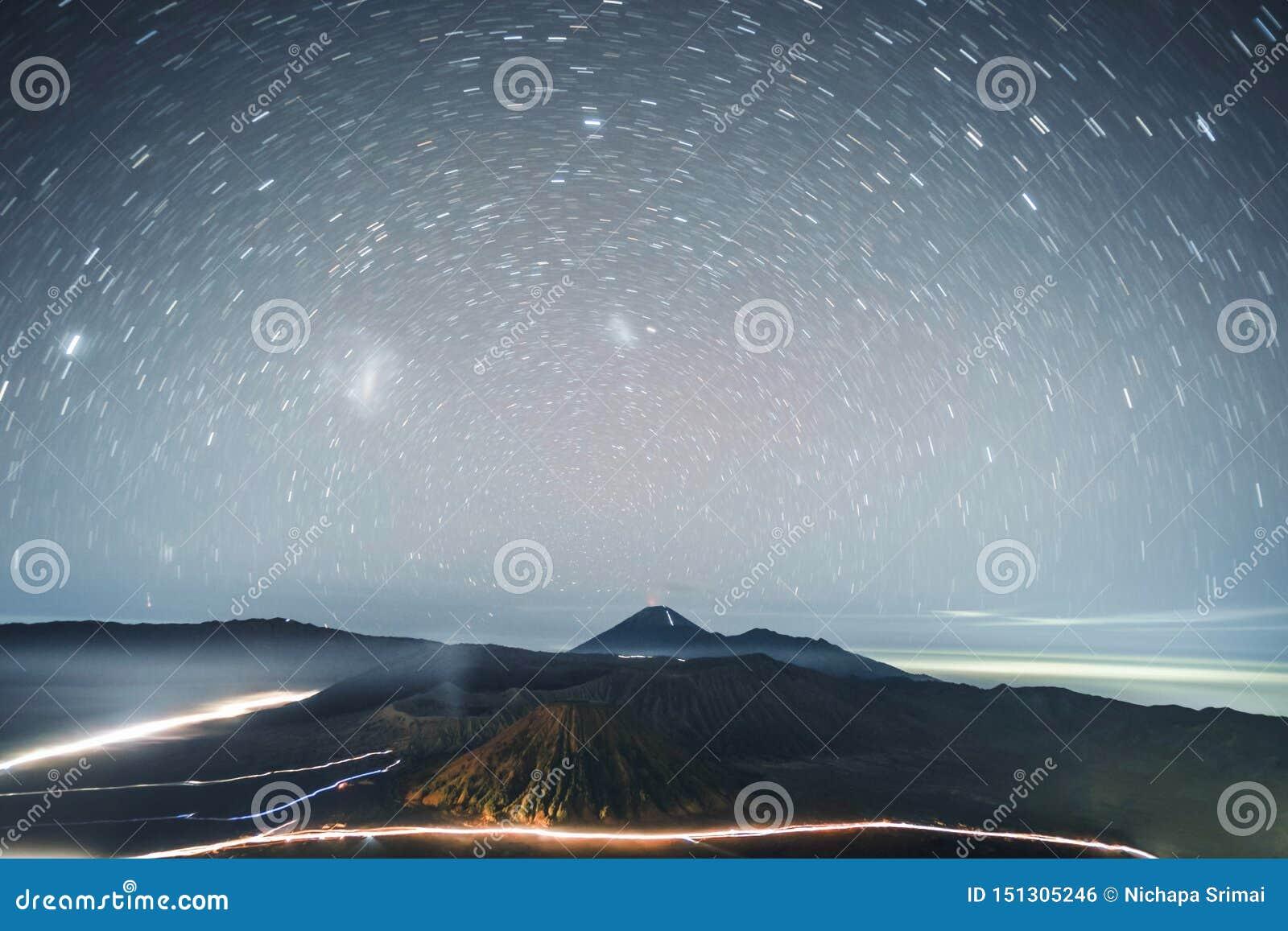 Tracce della stella di Astrophoto a Volcano Mt Bromo East Java, Indonesia