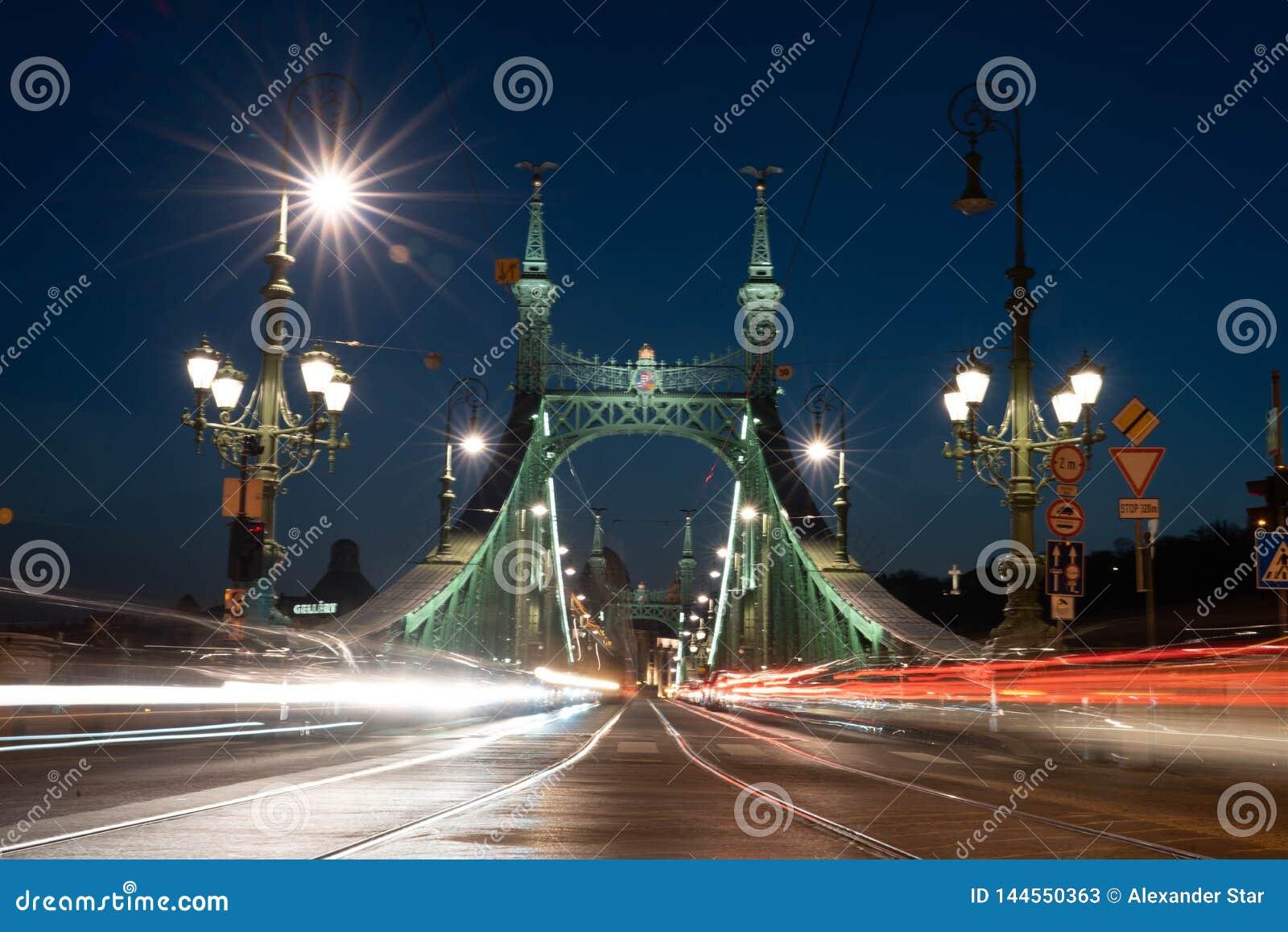 Tracce leggere delle automobili del ponte di libertà del ponte di Budapest