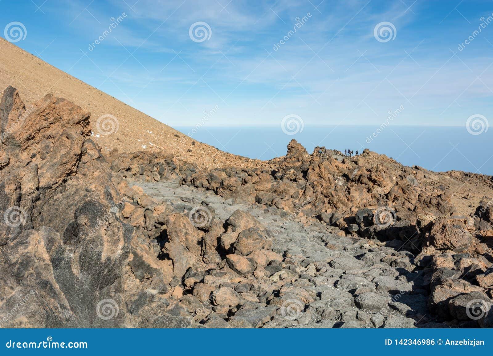 Traccia di escursione che passa paesaggio vulcanico spettacolare