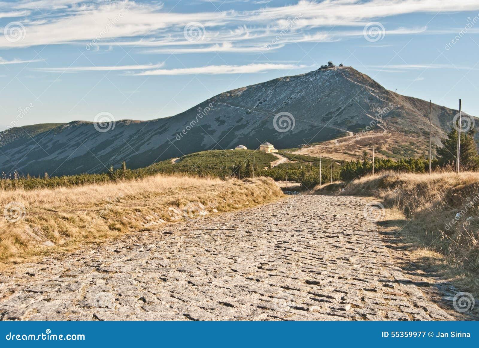 Traccia di escursione pietrosa vicino al sedlo di Obri con la collina di Snezka sui precedenti