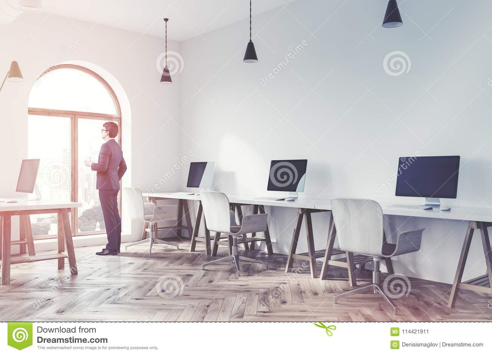 Tracez le coin de bureau blanc de lespace ouvert haut étroit d
