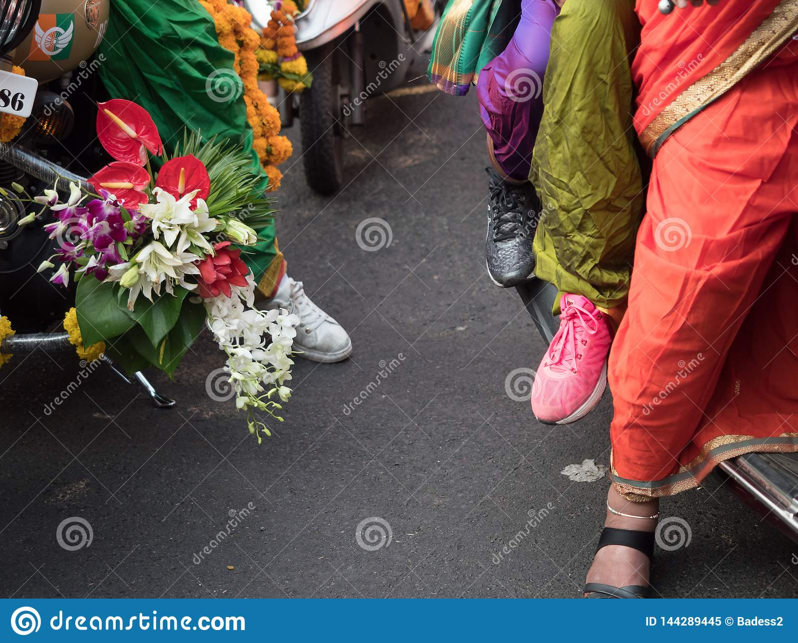 Trachtenkleider getragen von den Damen, um HINDISCHES neues Jahr zu begrüßen