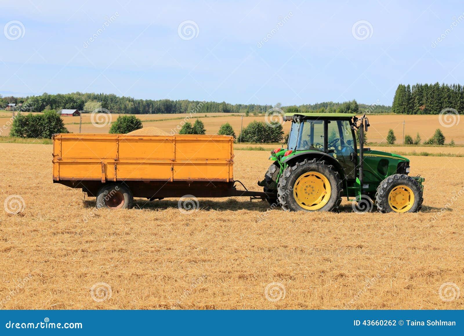 tracteur agricole de john deere 5820 avec la remorque pleine du grain photographie stock