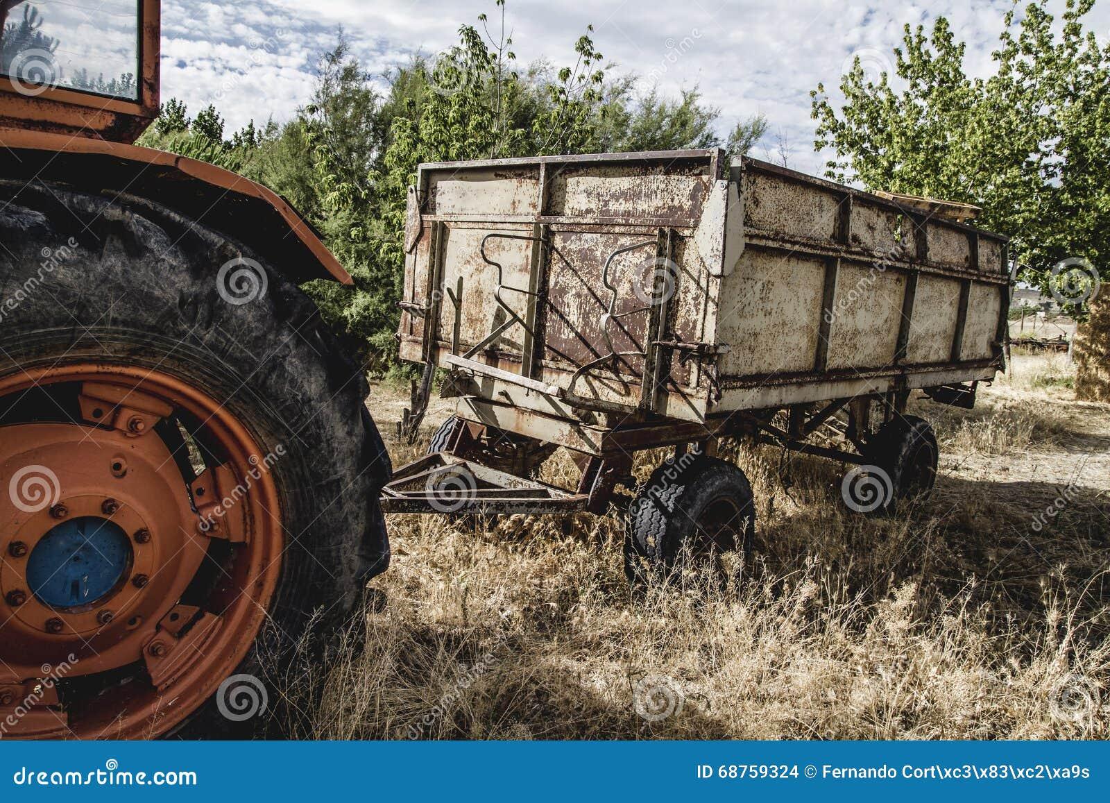 Tracteur agricole rural et vieux abandonné dans un domaine de ferme