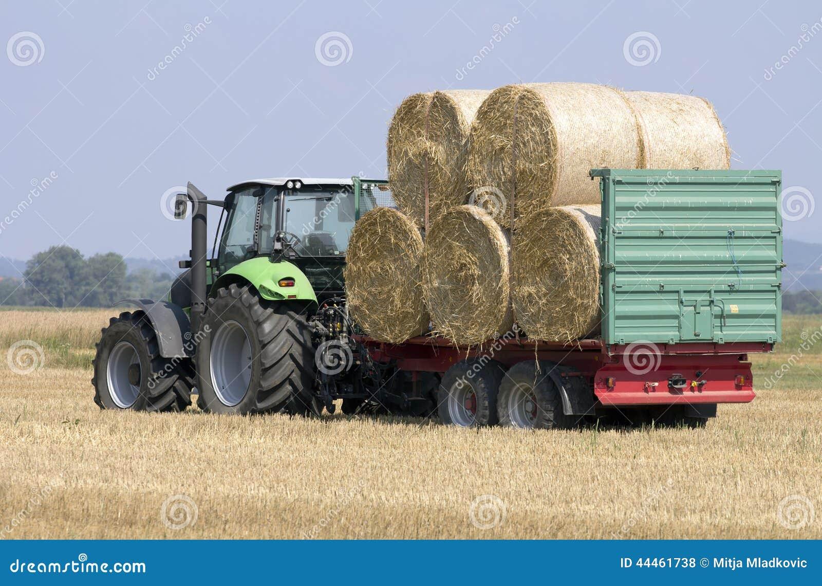 tracteur avec des boules de foin sur une remorque d agriculture