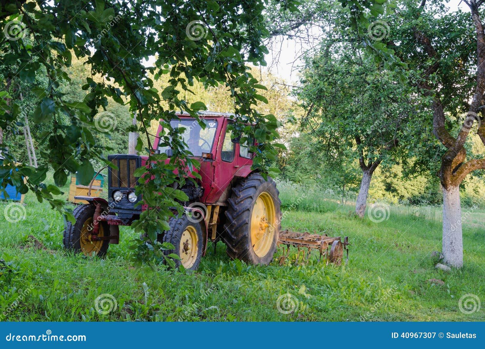 tracteur avec la herse les pommiers de jardin dans la cour photo stock image 40967307. Black Bedroom Furniture Sets. Home Design Ideas
