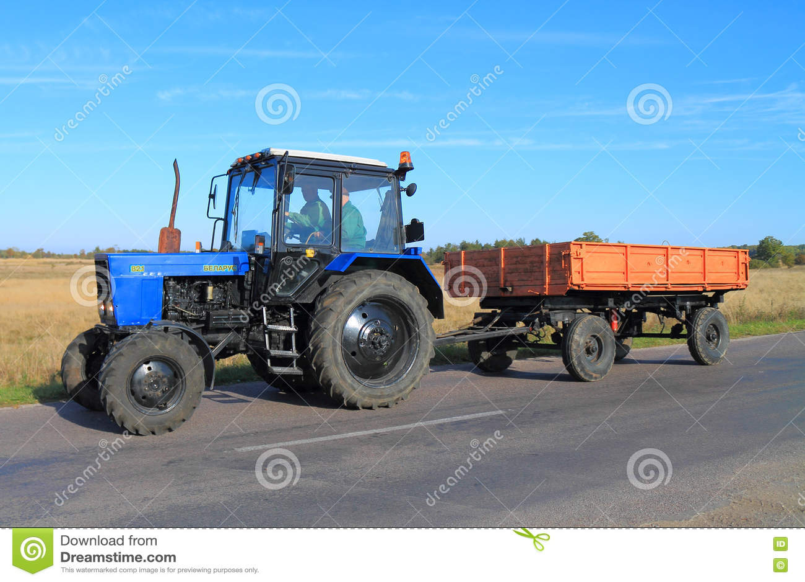 tracteur belarus 82 1 avec la remorque image stock ditorial