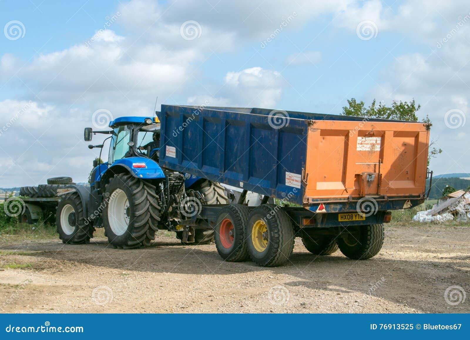 tracteur bleu moderne tirant une remorque dans la basse cour image ditorial image du deere. Black Bedroom Furniture Sets. Home Design Ideas