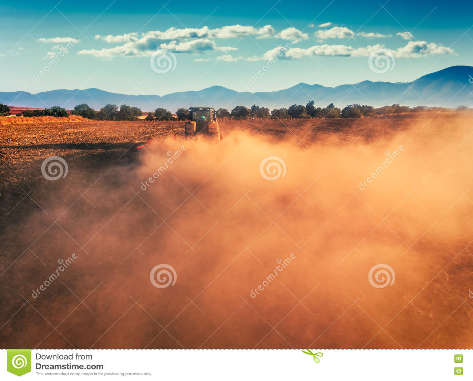 Tracteur cultivant le champ à l automne