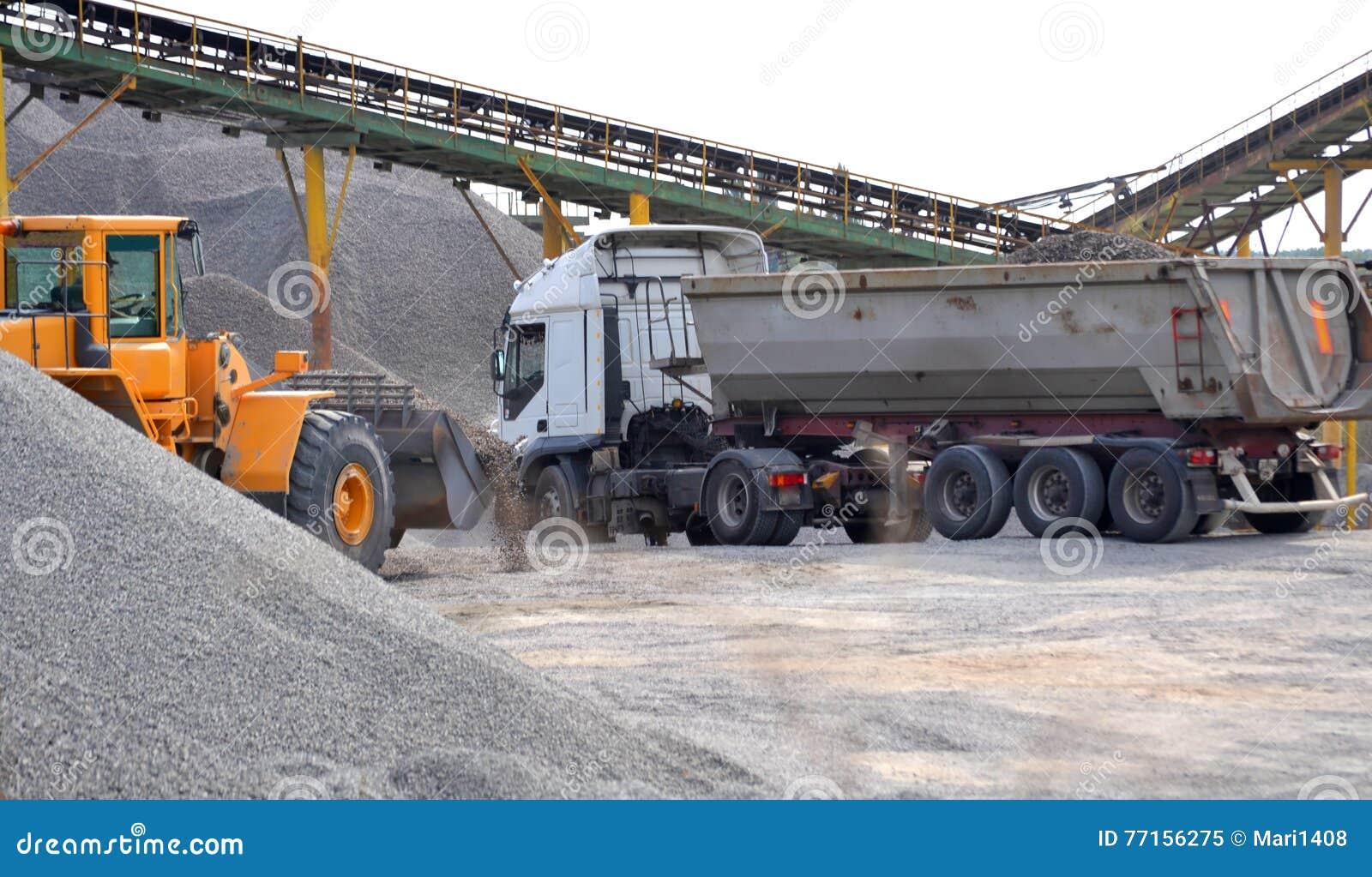 Tracteur et un camion chargé avec le gravier