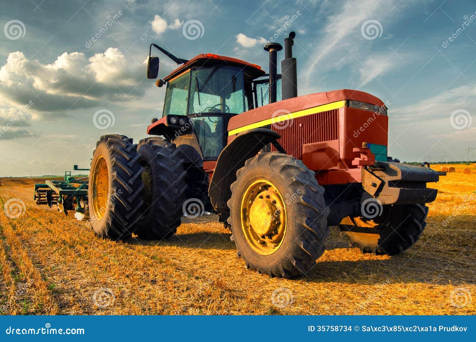 tracteur sur le champ agricole images stock image 35758734. Black Bedroom Furniture Sets. Home Design Ideas