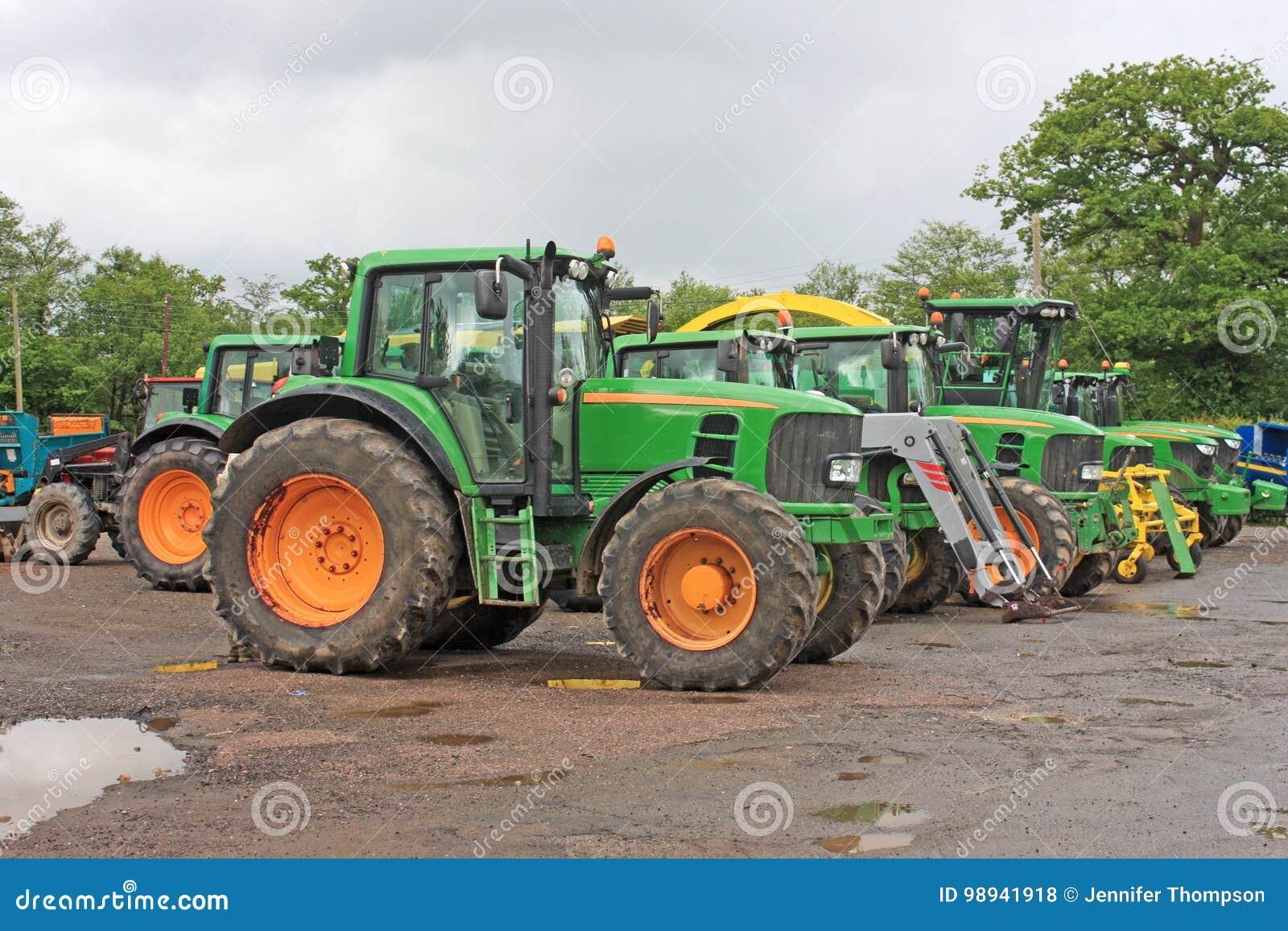 Tracteurs dans une cour