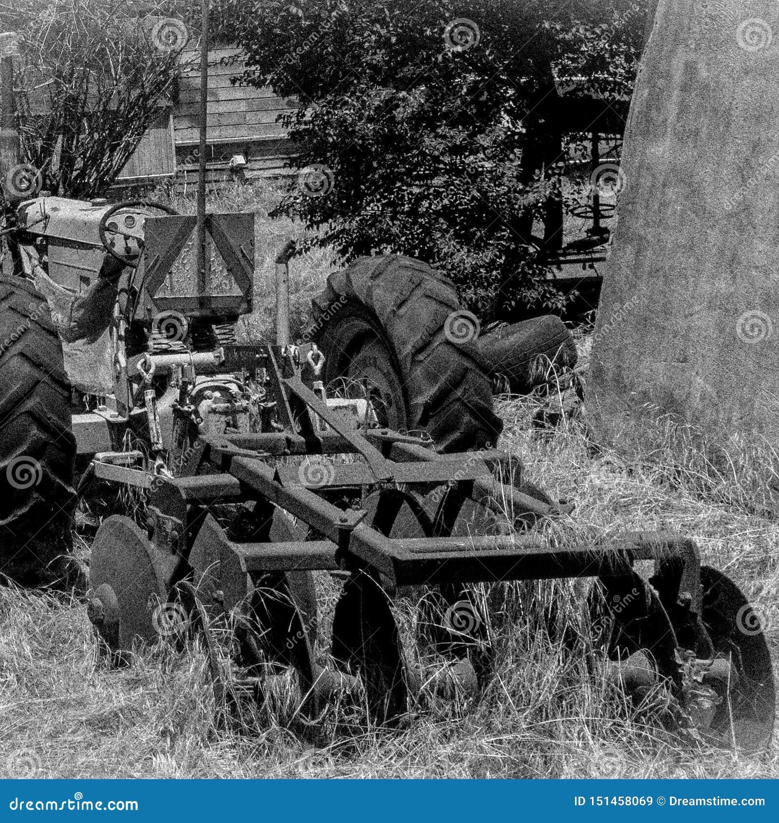 Tractor abandonado viejo en granja