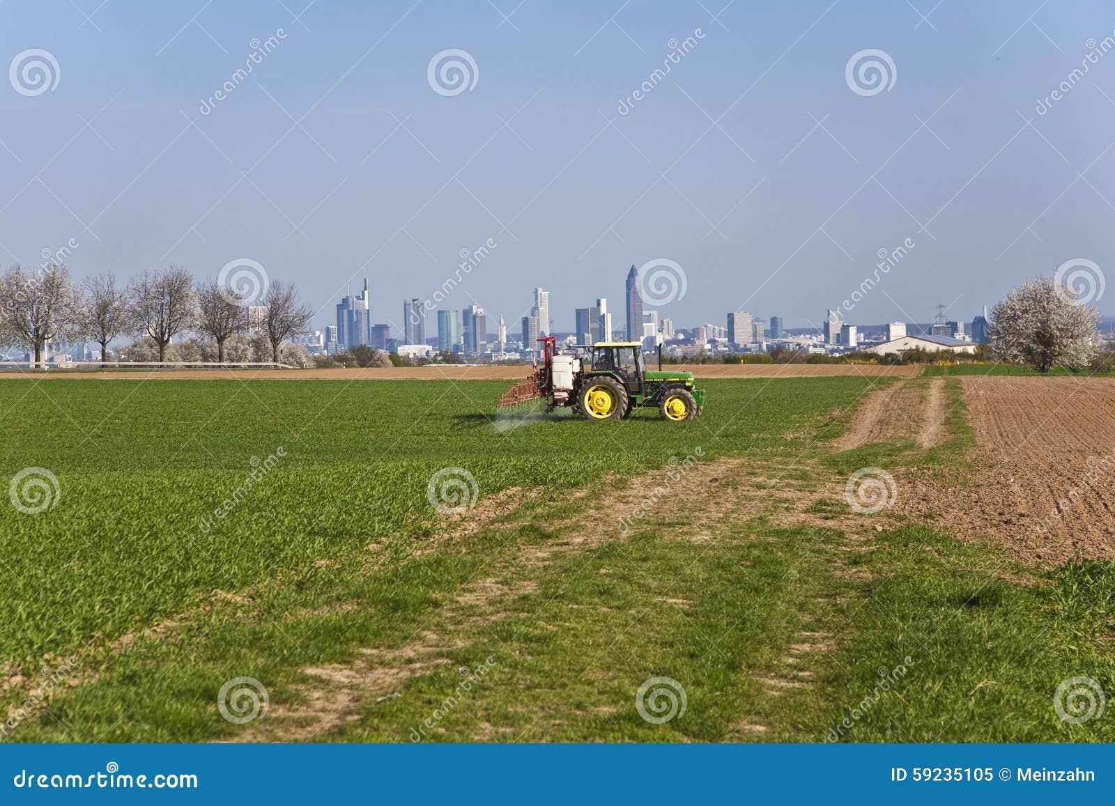 Tractor en la protección del parásito de la farfulla del campo
