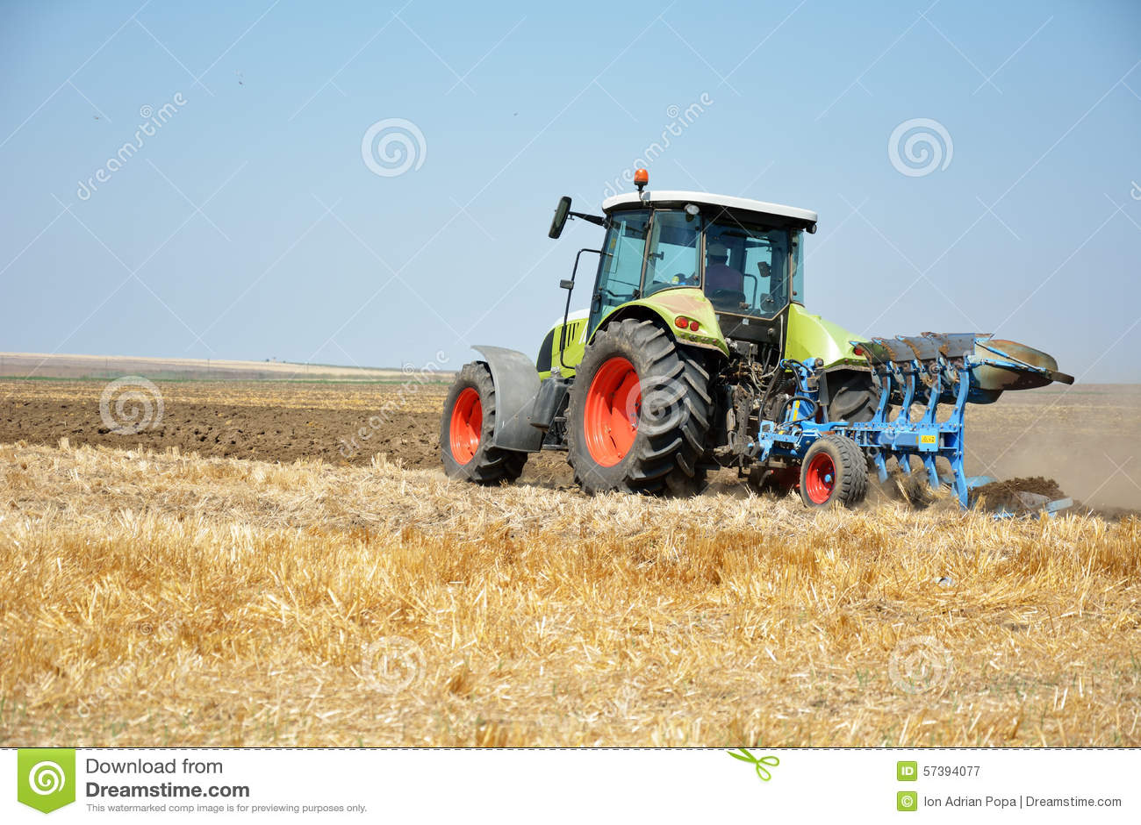 Tractor het ploegen, tractor op gebied