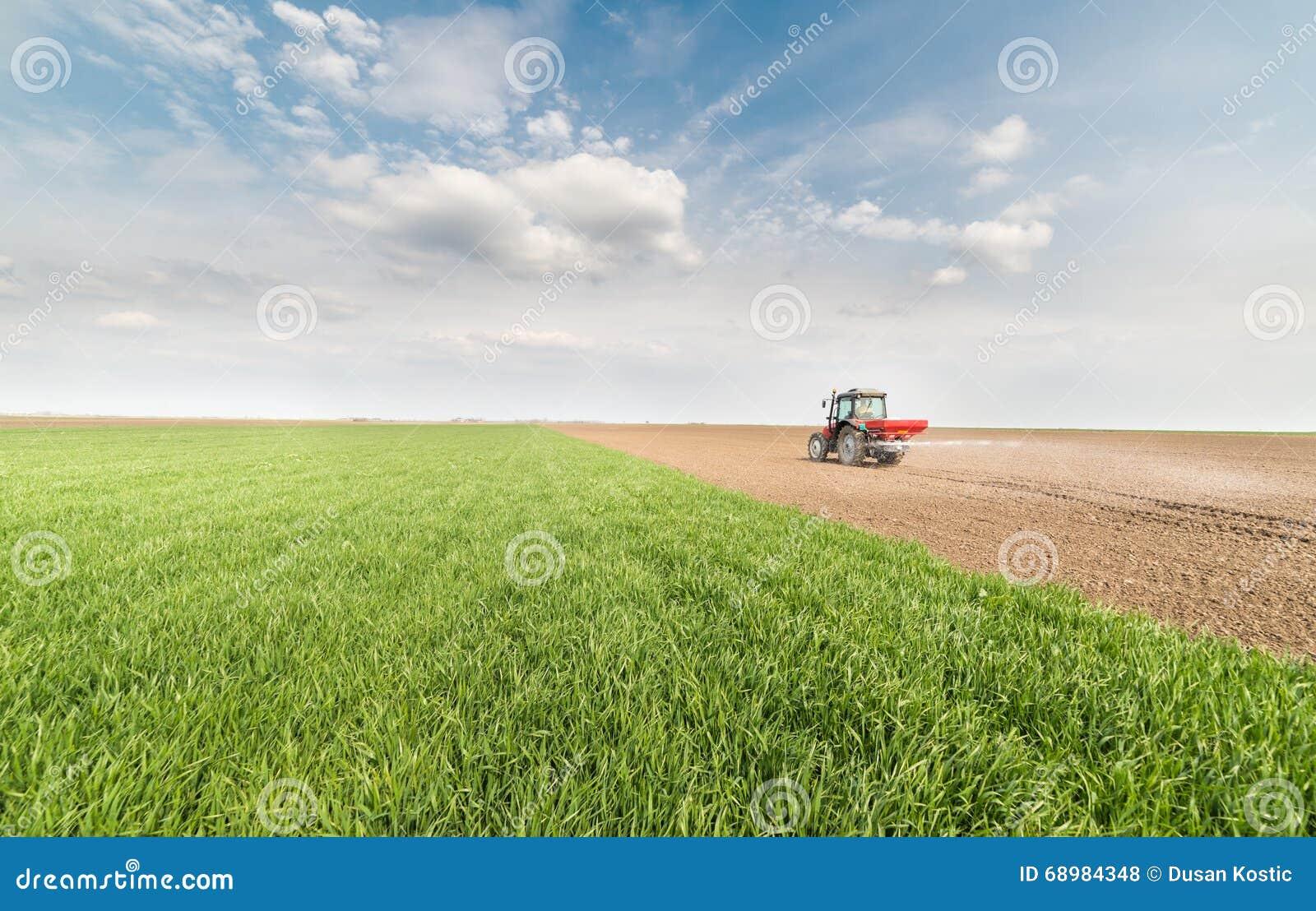 Tractor que fertiliza en campo