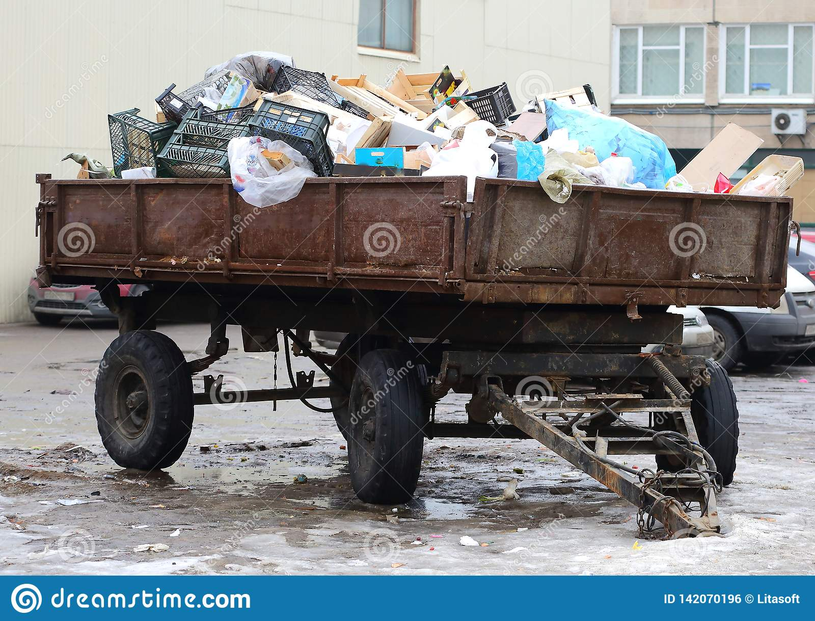 Tractor remolque cargado con basura del hogar