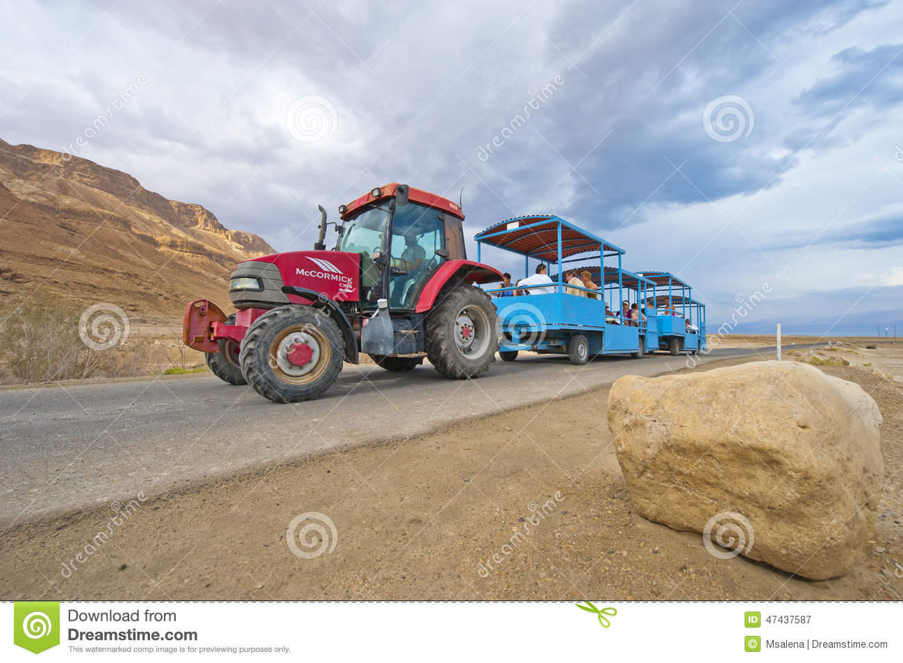 Tractor Train Rides : Tractor train editorial photography image