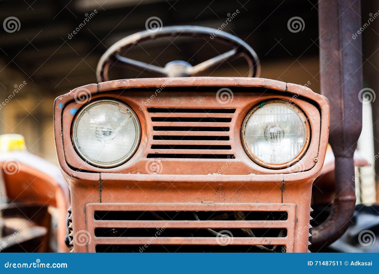 Tractor van het koplamp de roestige uitstekende landbouwbedrijf