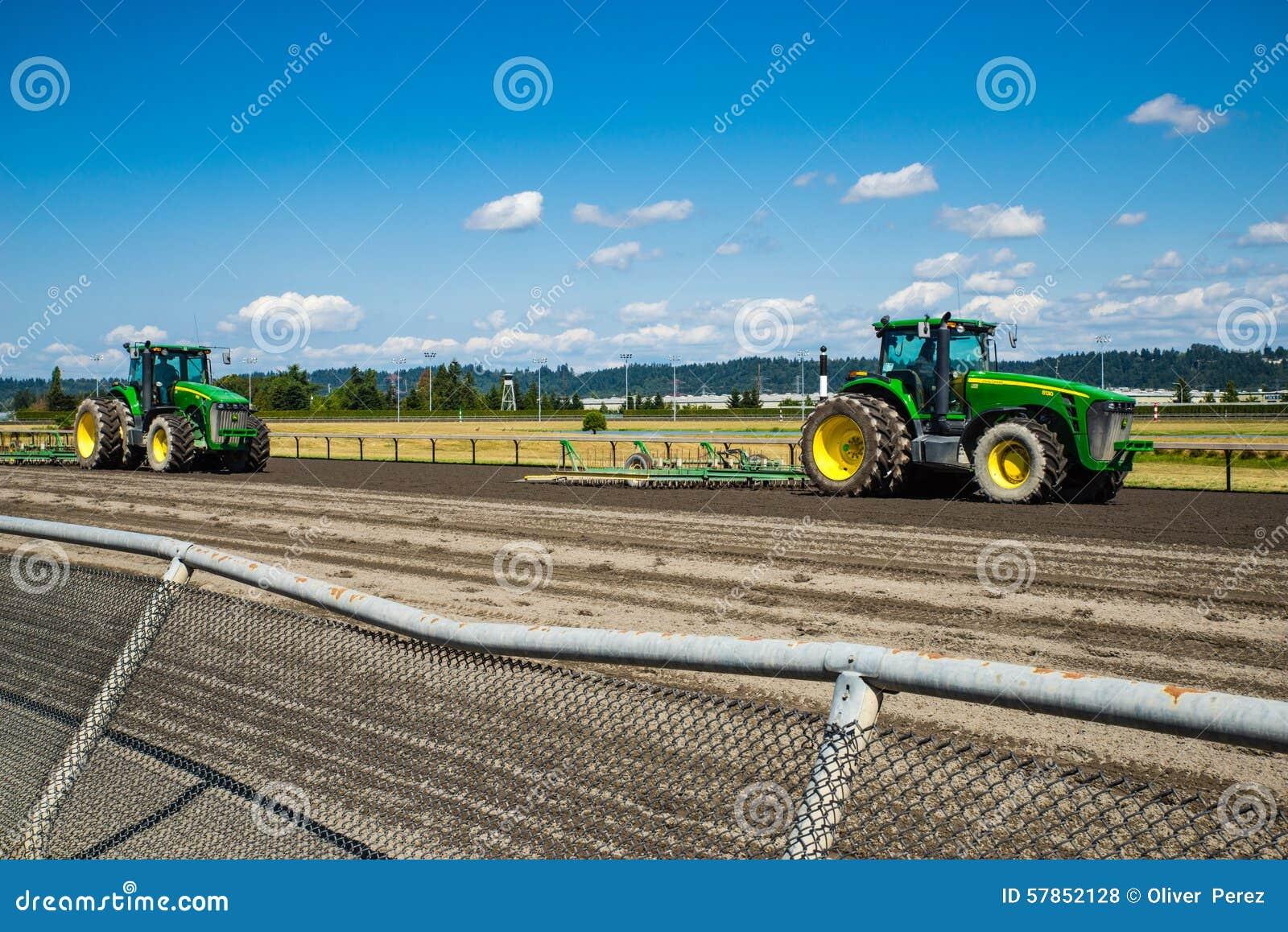 Tractores en circuito de carreras del caballo