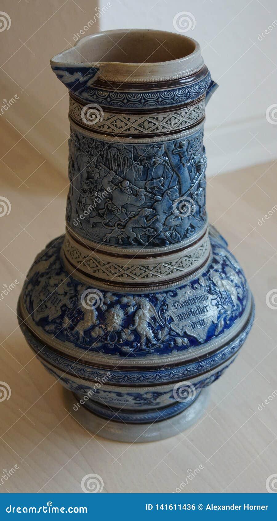 Tradição alemão do jarro cerâmico velho da cerveja