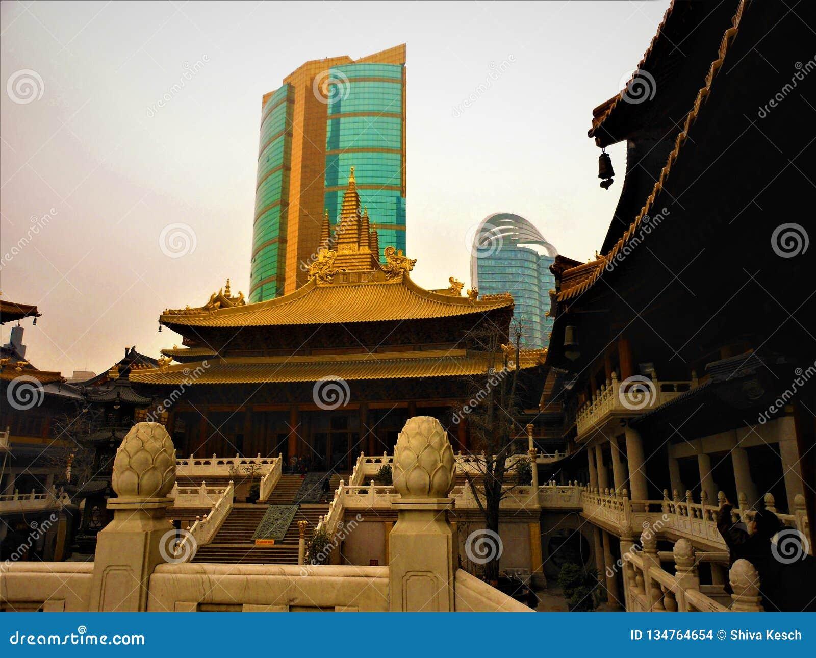Tradição e modernidade chinesa, templo e arranha-céus