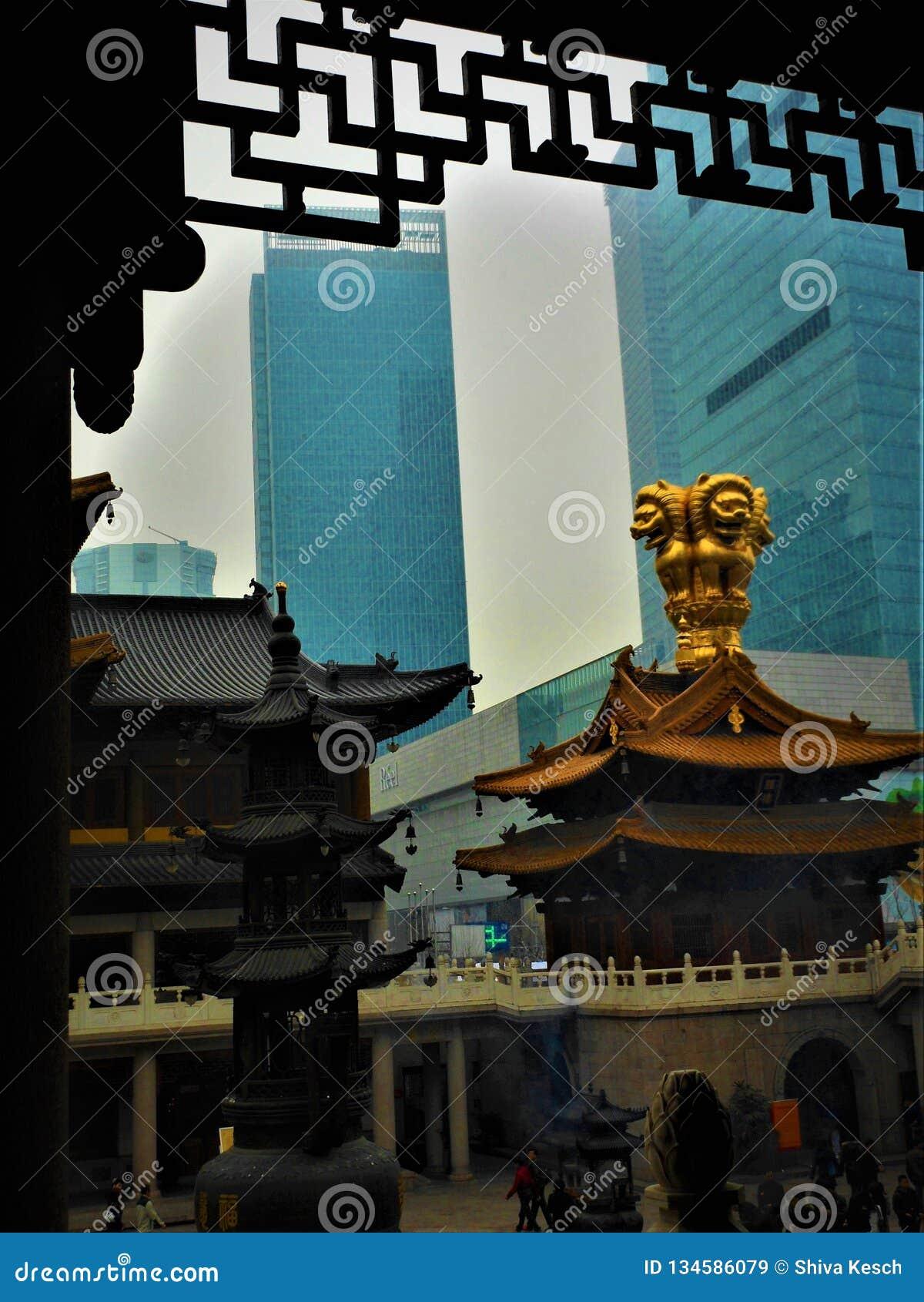 Tradição e modernidade em China, templo e arranha-céus, religião e luxo
