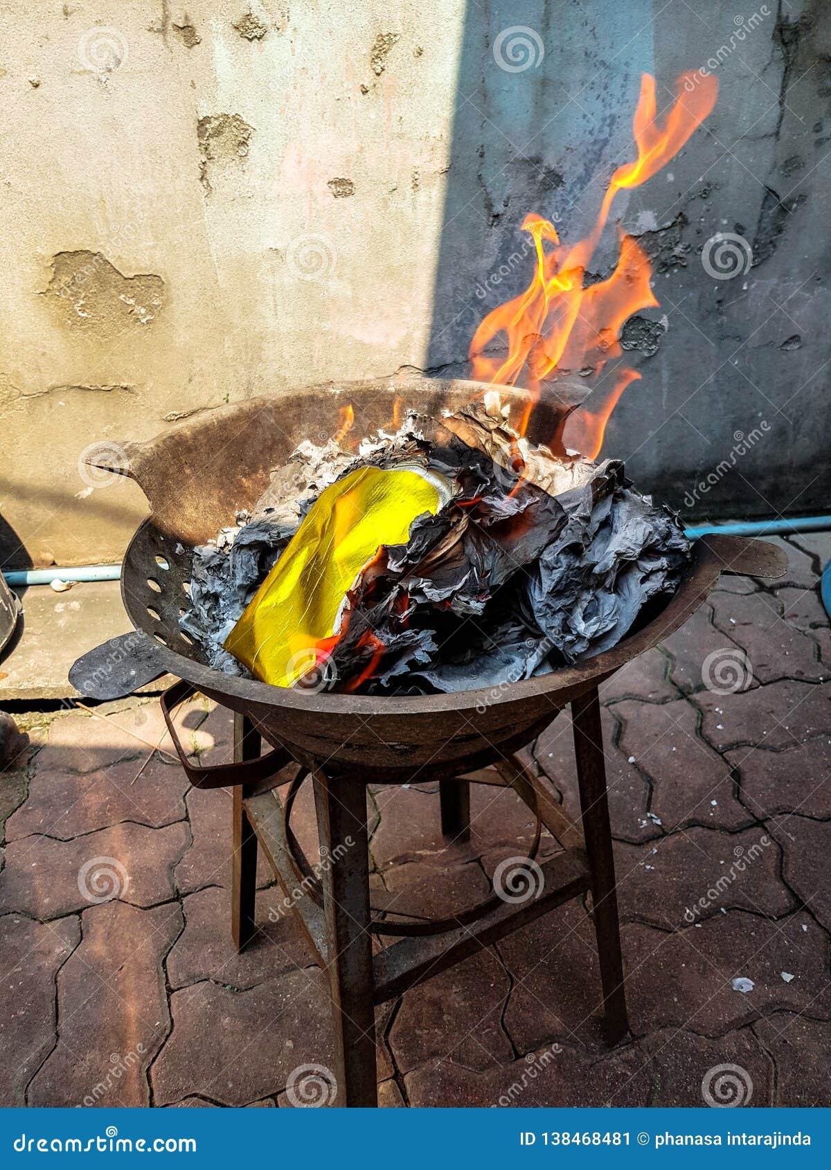 Tradicional chino para quemar las bebidas espirituosas del antepasado del papel del dinero de la plata y del oro desaparecidas