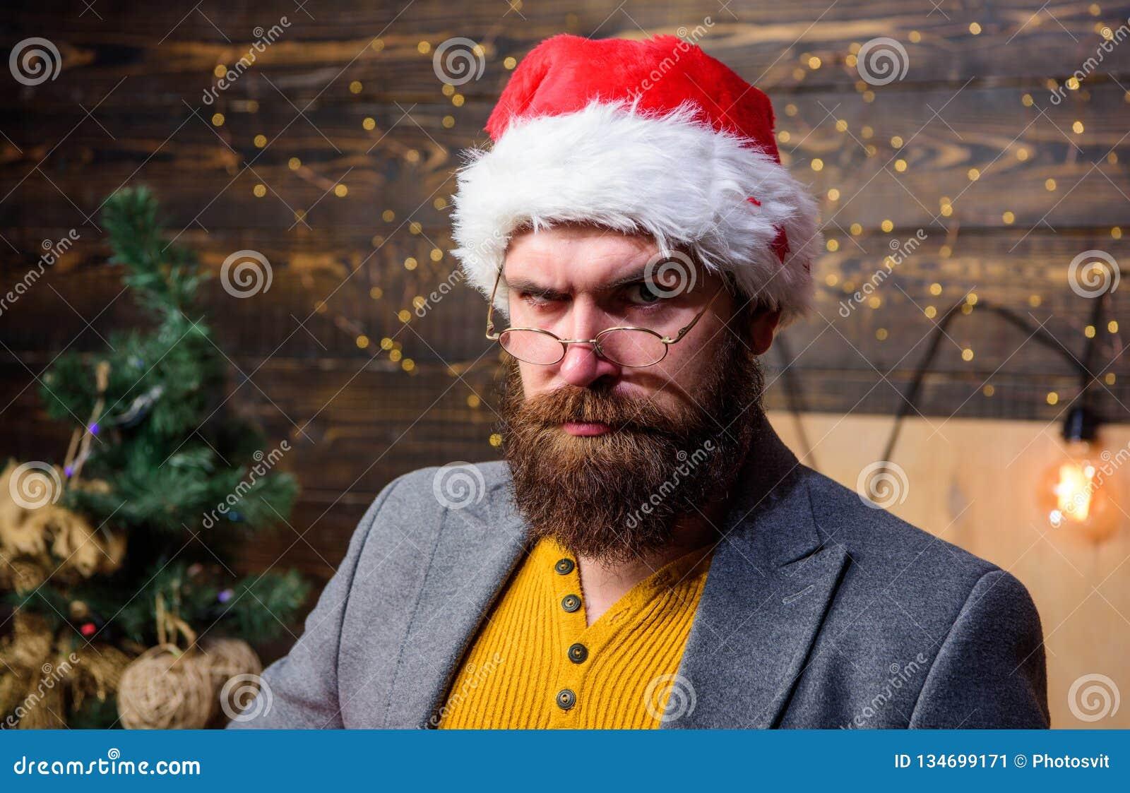 Tradition de Noël Concept d attributs du père noël Moustache sérieuse de barbe d homme jouant le rôle de Santa L homme barbu mûri