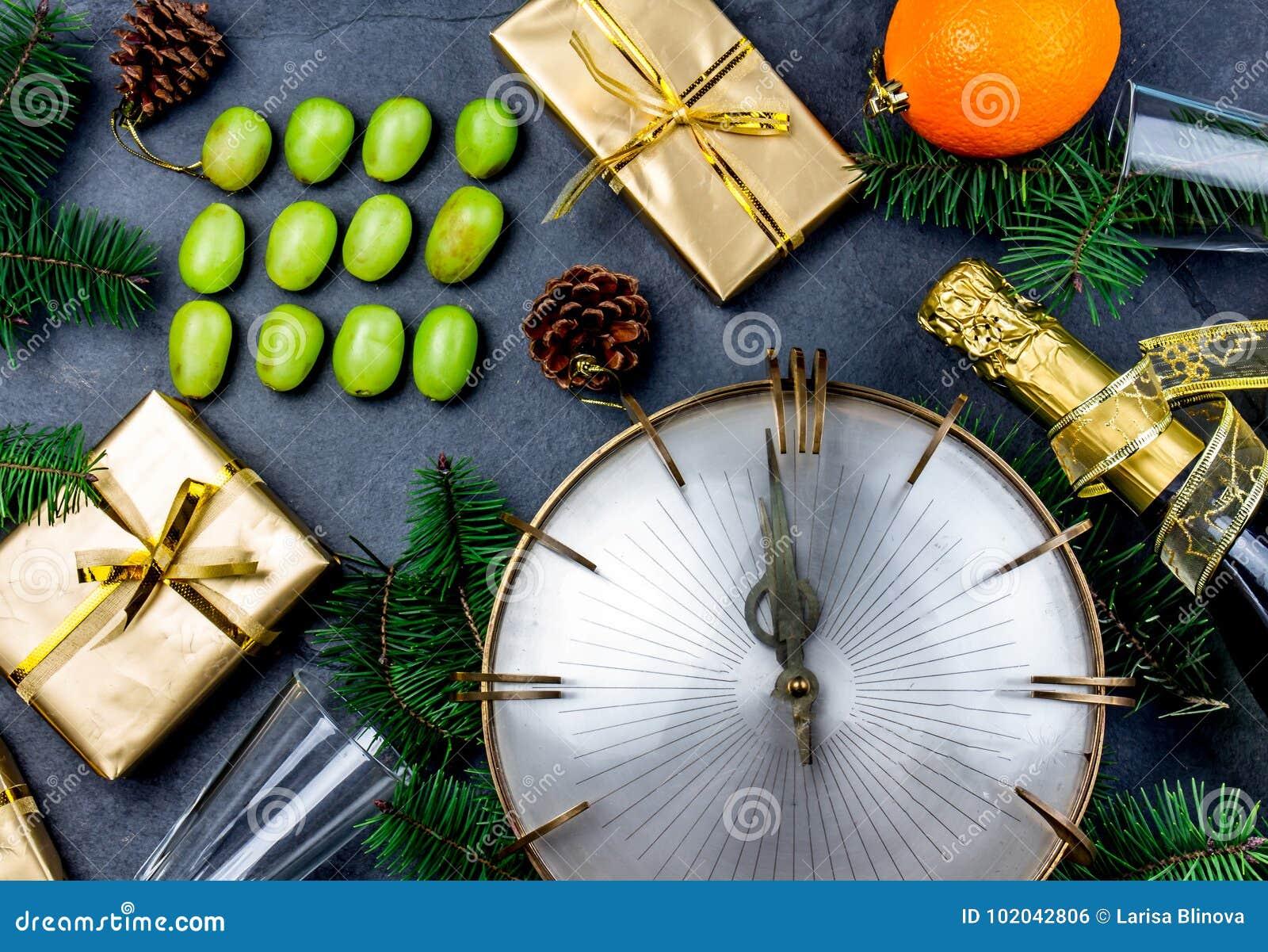 Tradition de nouvelle année Nouvelle année latino-américaine et espagnole traditionnelle Rituel drôle pour manger douze 12 raisin