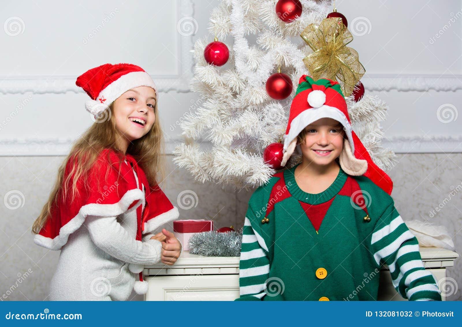Tradition de vacances de famille Les enfants gais célèbrent Noël Les enfants de mêmes parents préparent pour célébrer Noël ou pou