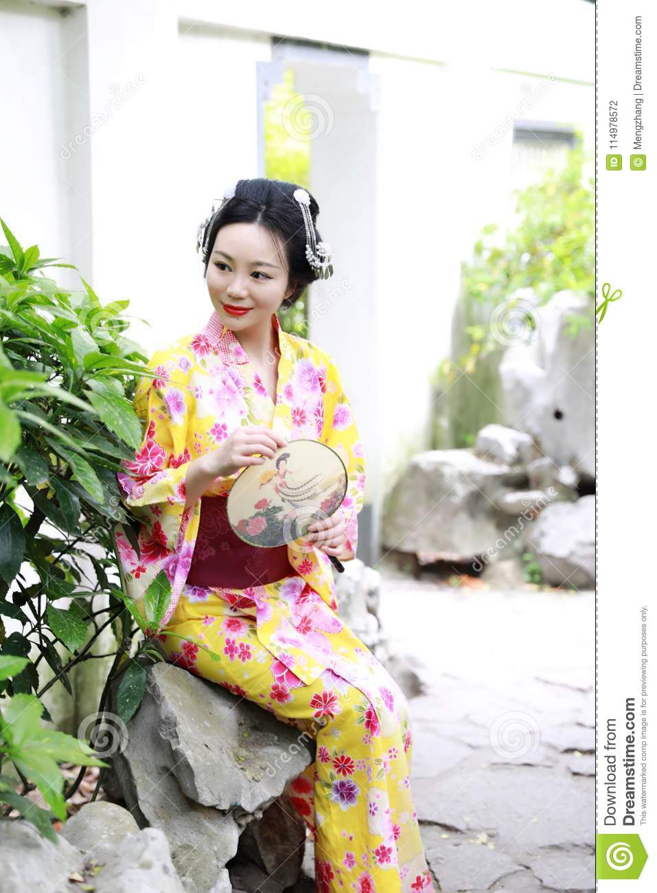 https://thumbs.dreamstime.com/z/traditional-asian-japanese-beautiful-woman-wears-kimono-fan-hand-smiling-playing-outdoor-spring-garden-japanese-woman-114978572.jpg