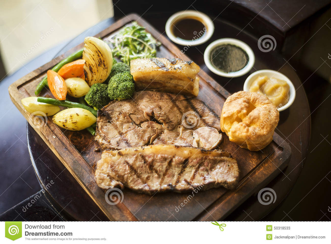 Traditional english food sunday roast lunch in restaurant for Cuisine in english