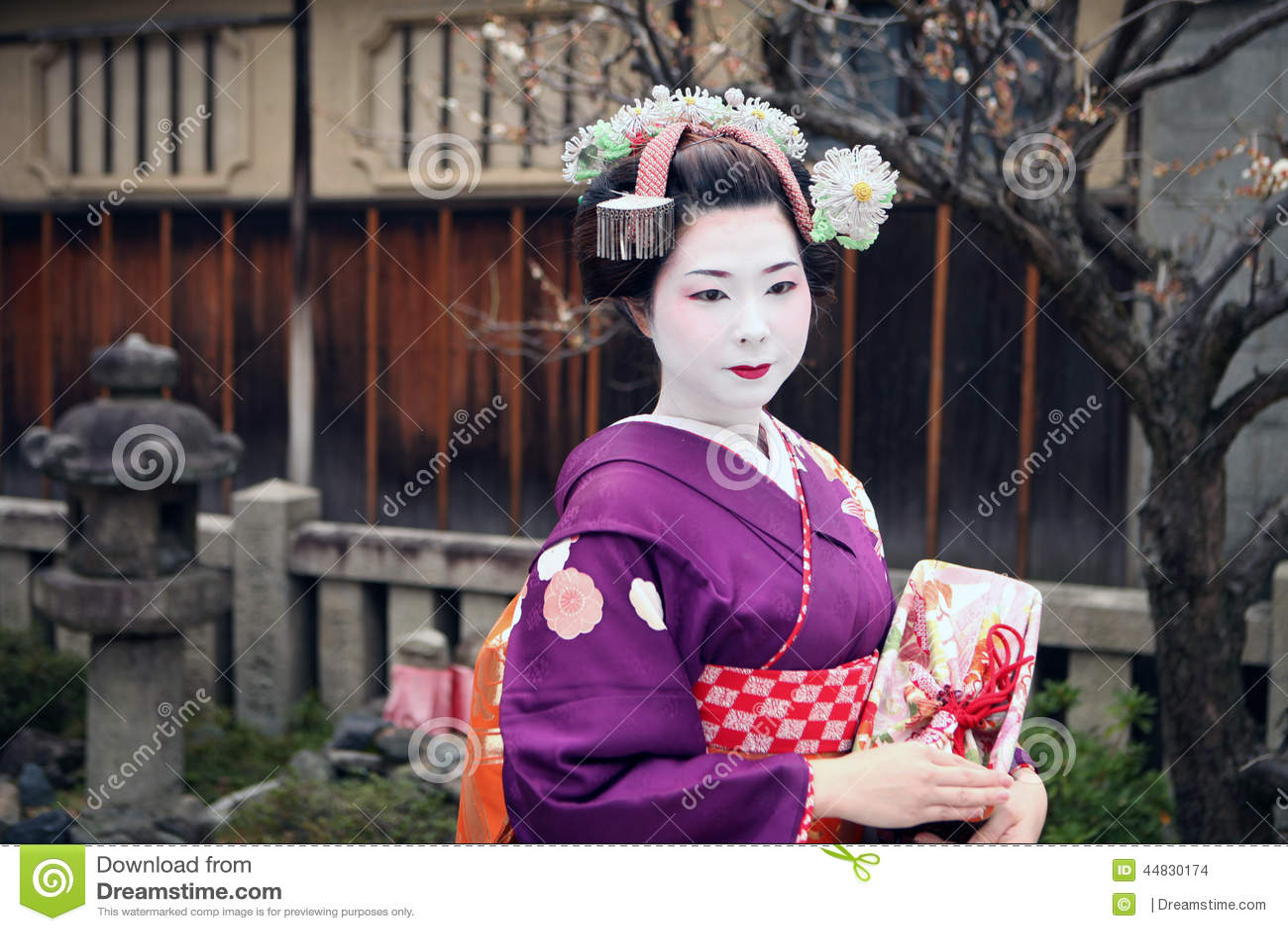 Traditional geisha dances in japan