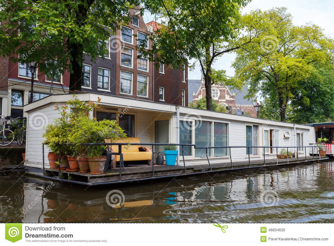 Traditional house boat on the canals of amsterdam for Houseboat amsterdam