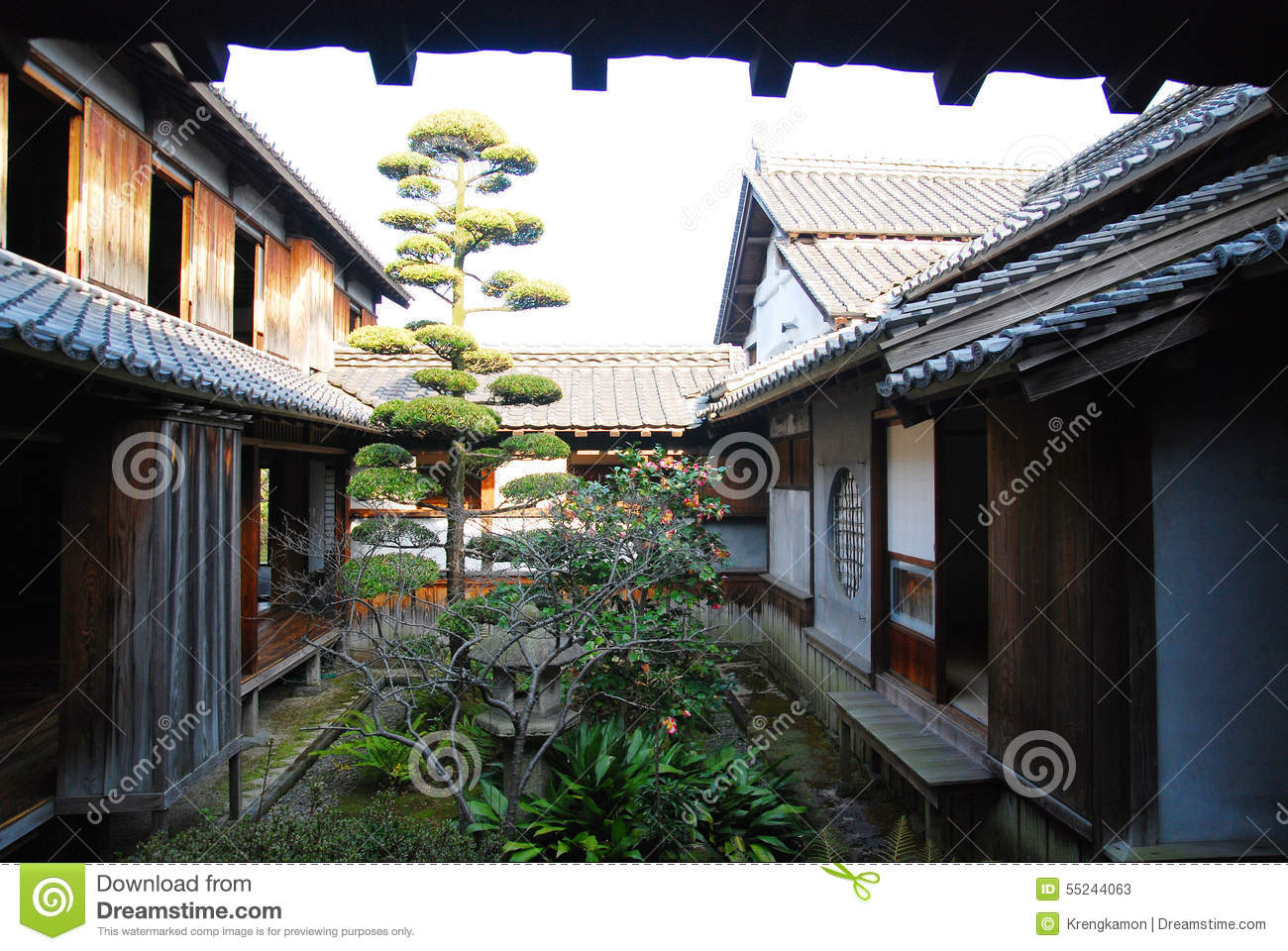 Traditional japanese house garden stock photo image for Japanese house garden