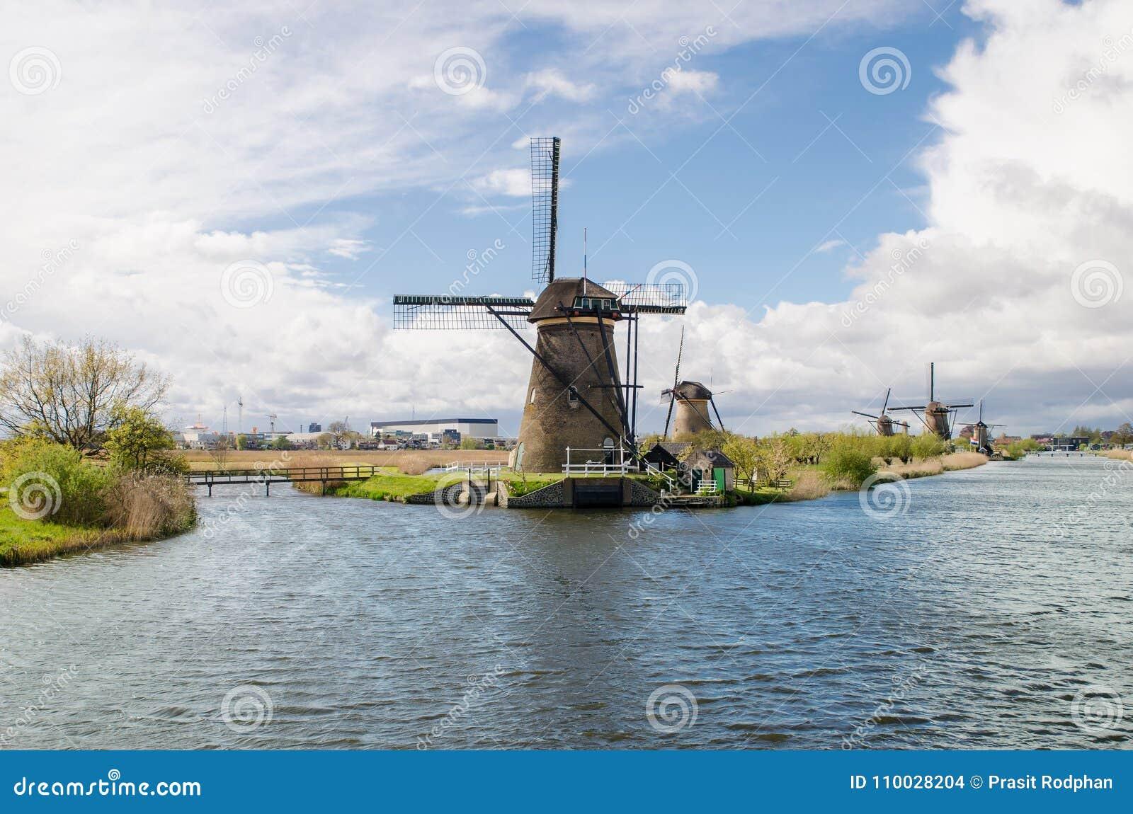 Traditioneel de windmolenlandschap van Nederland in Kinderdijk dichtbij Ro