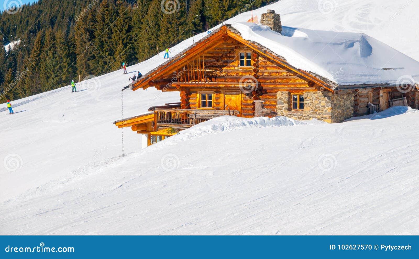 Traditioneel houten alpien chalet op zonnige de winterdag Alpen, Europa