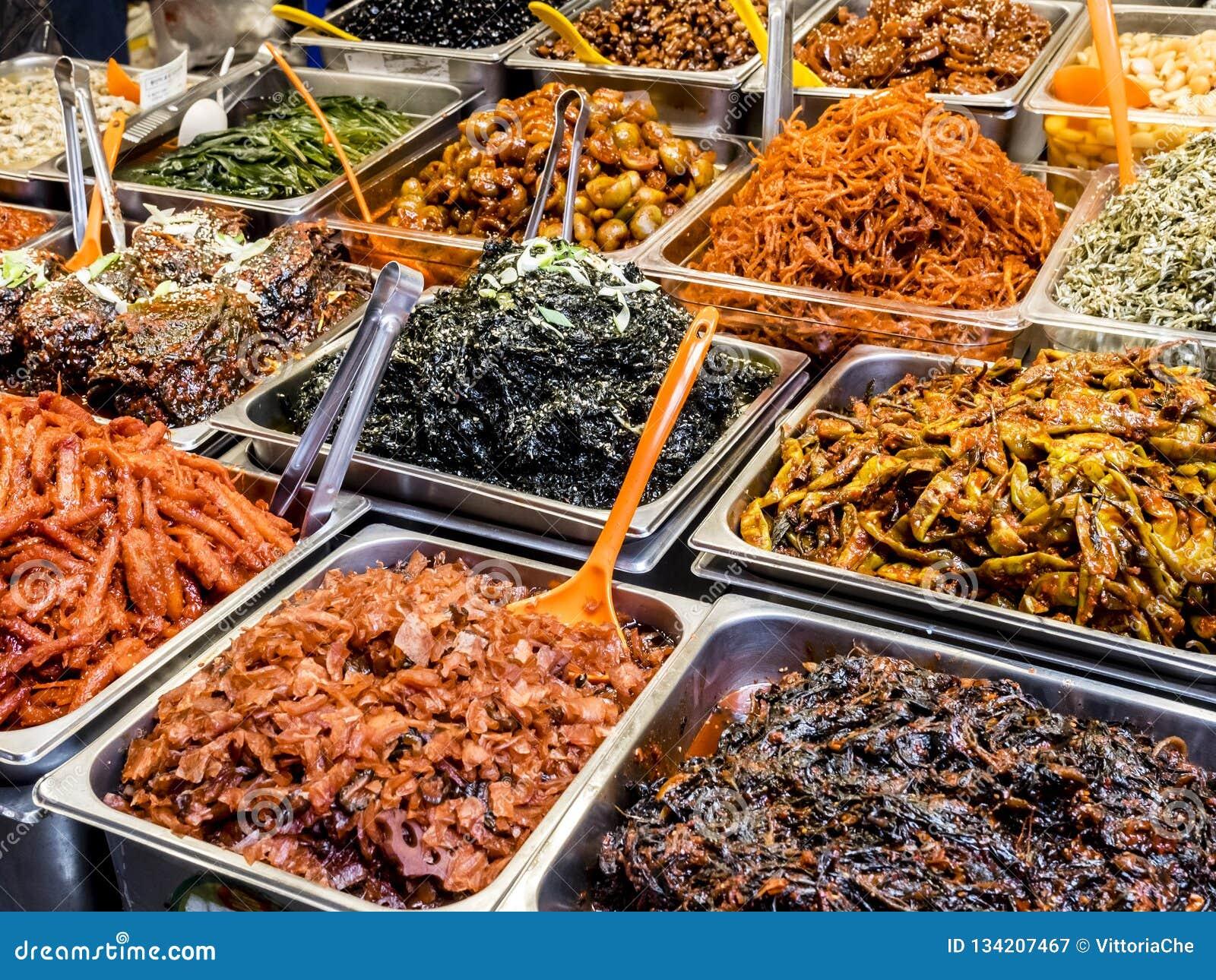 Traditioneel Koreaans vergist voedsel bij de Gwangjang-Markt Seoel, Zuid-Korea